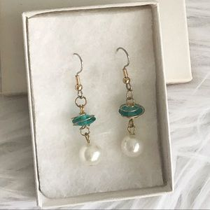 Jewelry - Glass and pearl bead dangle earring